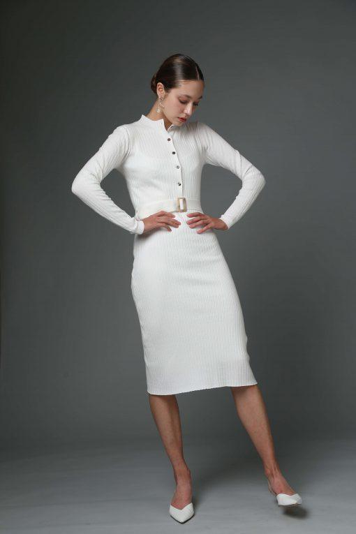 שמלת סריג לבנה עם חגורת אבזם